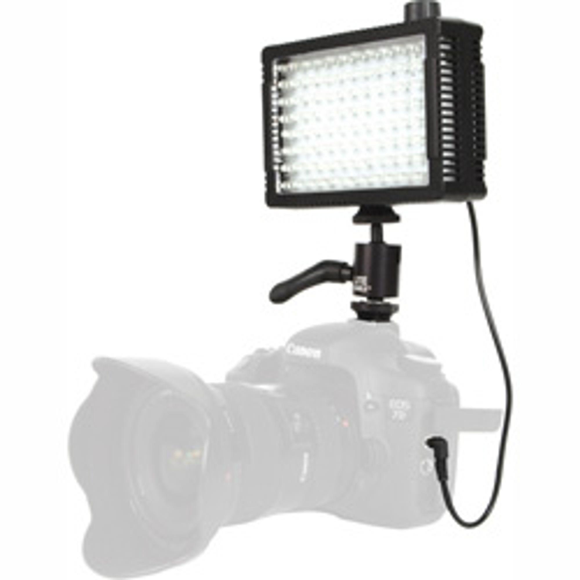 Litepanels Micropro Hybrid kan monteres både på kamera og stativ.