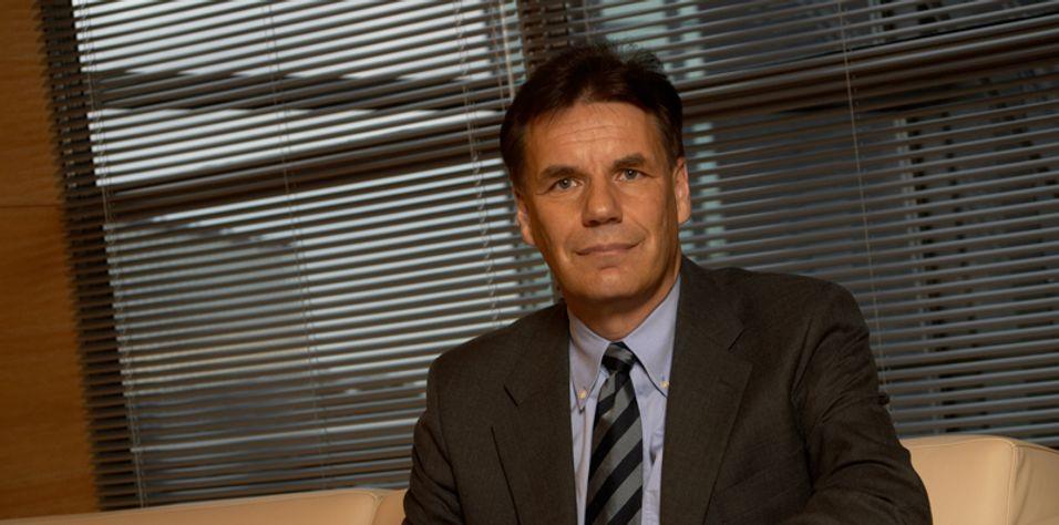 Nokia trenger en som er dyktigere på scenen, mener John Strand.