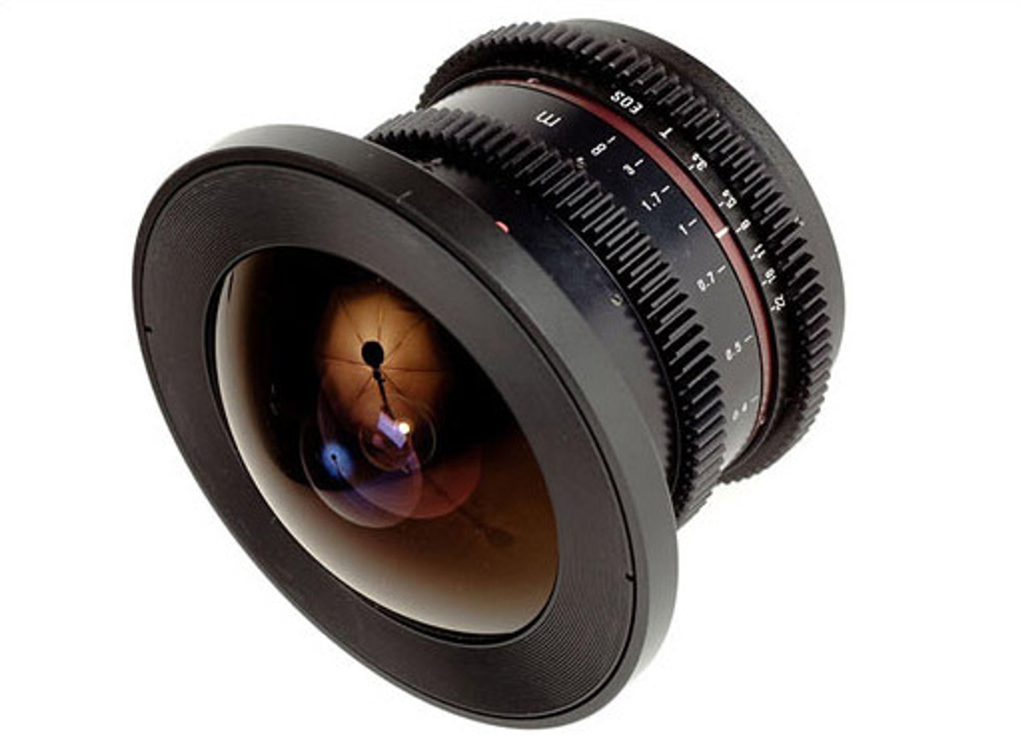 Samyang V-DSLR 8mm f/3,5 er laget for kamera med APS-C-bildebrikke. FOTO: Produsenten.