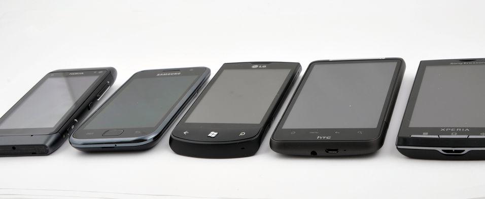 LG Optimus 7 i godt selskap. Optimus 7 i midten (den med Windows-tasten..)