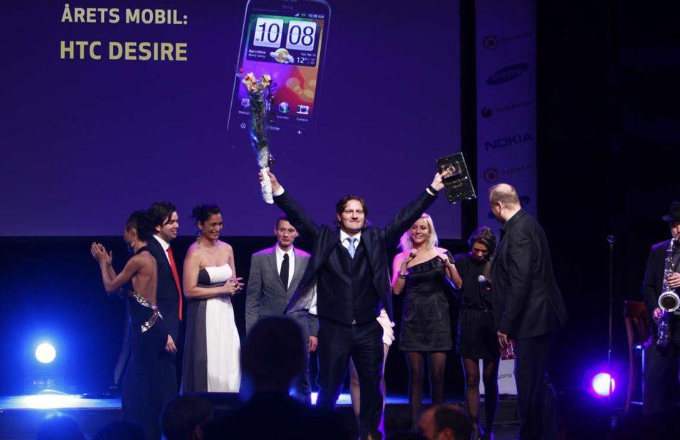 HTCs Pål Marius Christiansen mottar prisen for årets mobiltelefon.