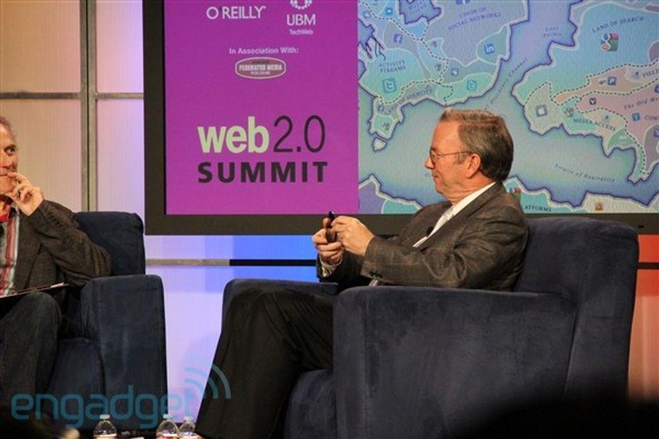 Eric Schmidt viser frem det man forventer er Nexus S (Bilde hentet fra engadget.com)