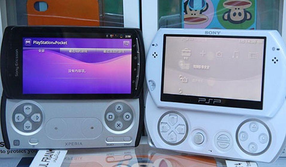 Xperia Play ved siden av Sonys PSP Go (Foto: mobile.it168.com)