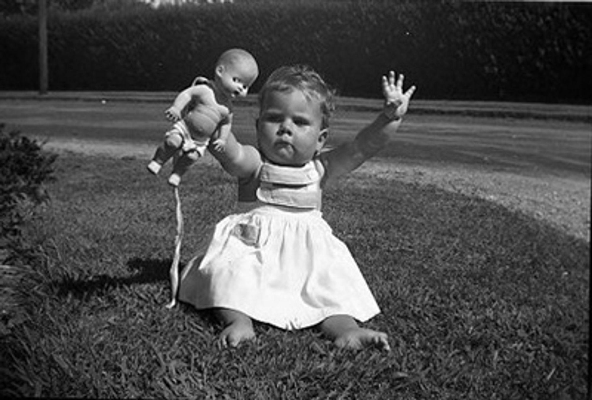 Barn med dukke. Foto: Vivian Maier.