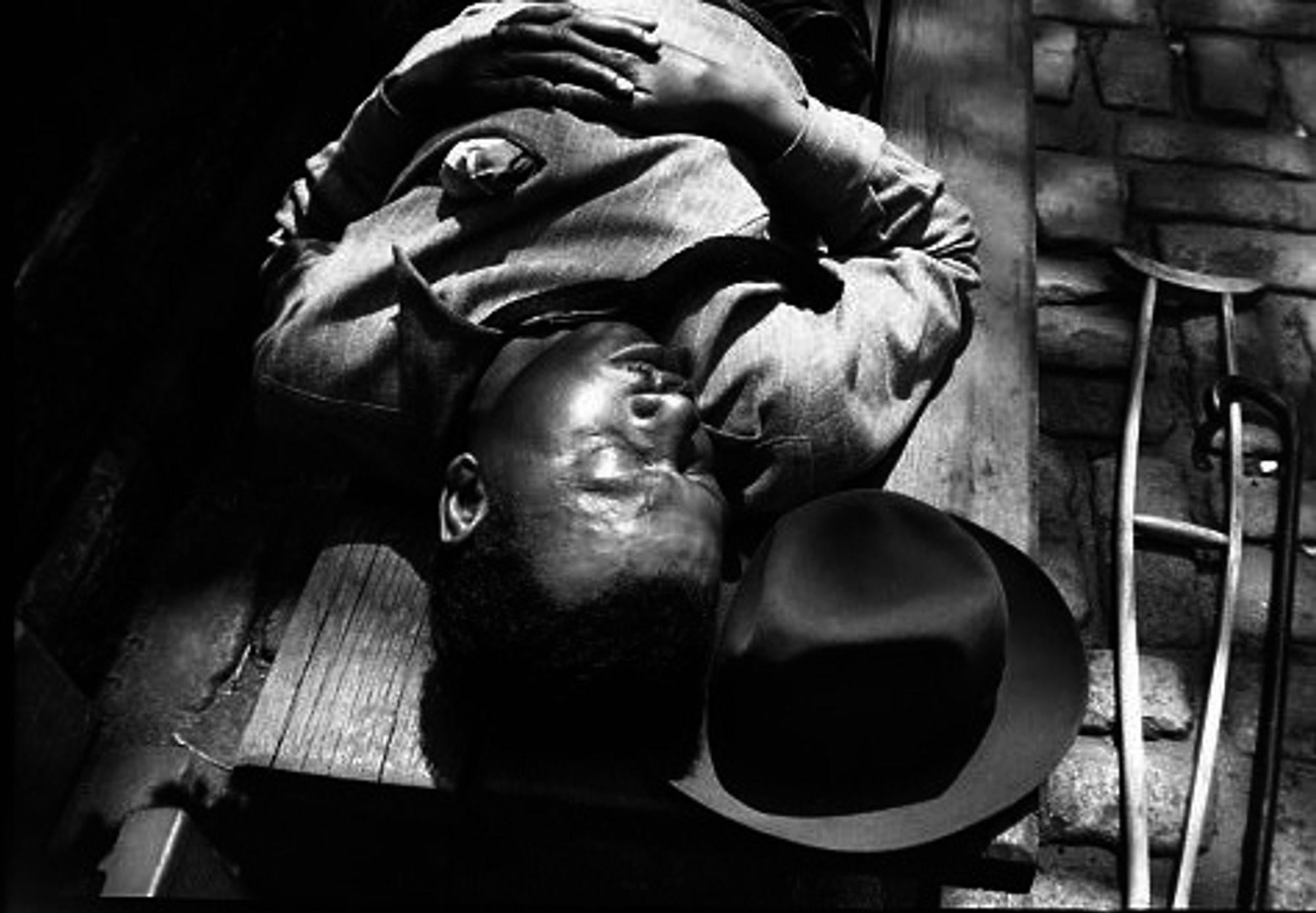 Mann på benk. Foto: Vivian Maier.
