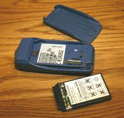 Ut med batteriet - om det går, da. Enkelte nyere modeller som iPhone 4 og Nokia N9 har batteri du ikke kan ta ut.