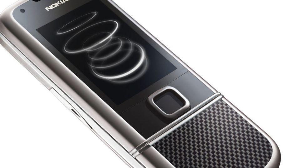 Nokiamobil med deksler i karbonfiber