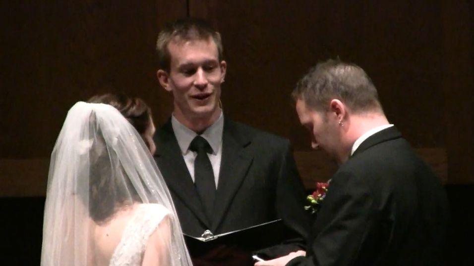Først oppdatere Facebook, så kysse bruden