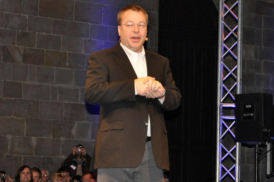 Teleanalytiker John Strand mener at Stephen Elop selv satte fyr på Symbian-plattformen.