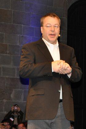 Nokias avtroppende toppsjef, Stephen Elop, under pressekonferansen der Nokias valg av Windows Phone ble annonsert. Elop har hele veien måttet tåle et smått konspiratorisk blikk på sin ansettelse. De mest kritiske lurer på om han ble plantet av Microsoft.