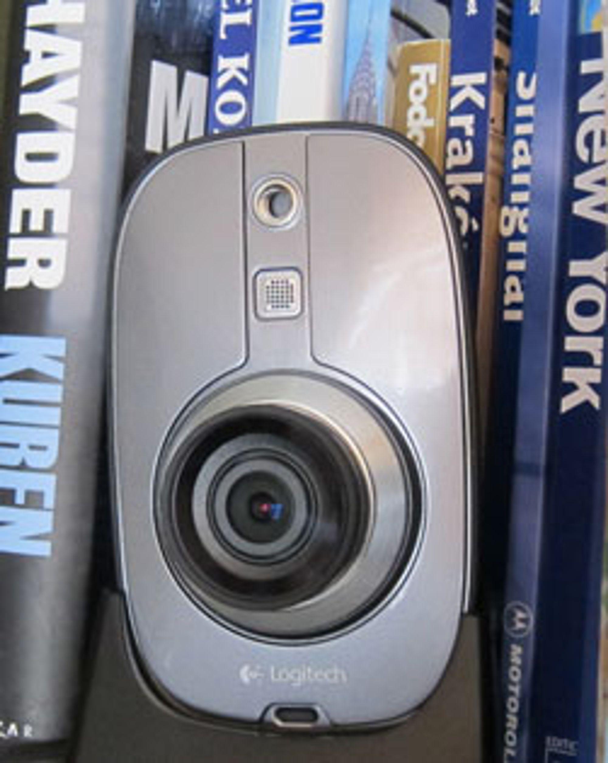 Innekameraet plasserte vi i en bokhylle. Det finnes ulike festebraketter for den som ønsker å skru kameraet opp på mer permanent basis.