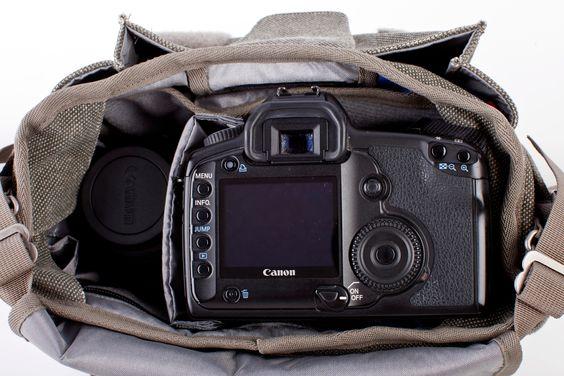 Det er også plass til vanlige speilreflekskameraer i vesken, selv om den er beregnet på mindre kamerasystemer.