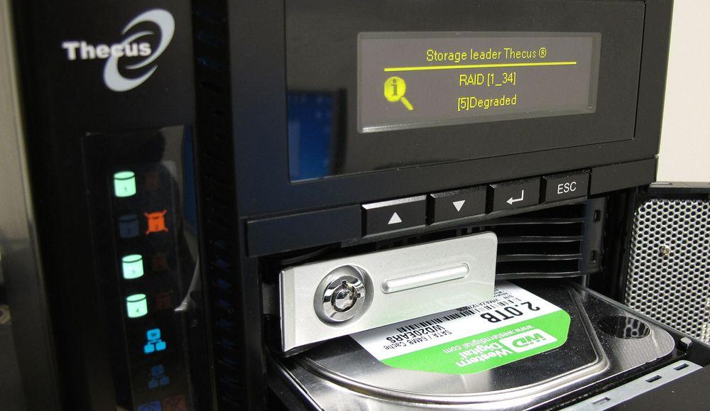 En NAS med RAID gir deg ekstra sikkerhet ved diskkrasj. Her Thecus N4200.