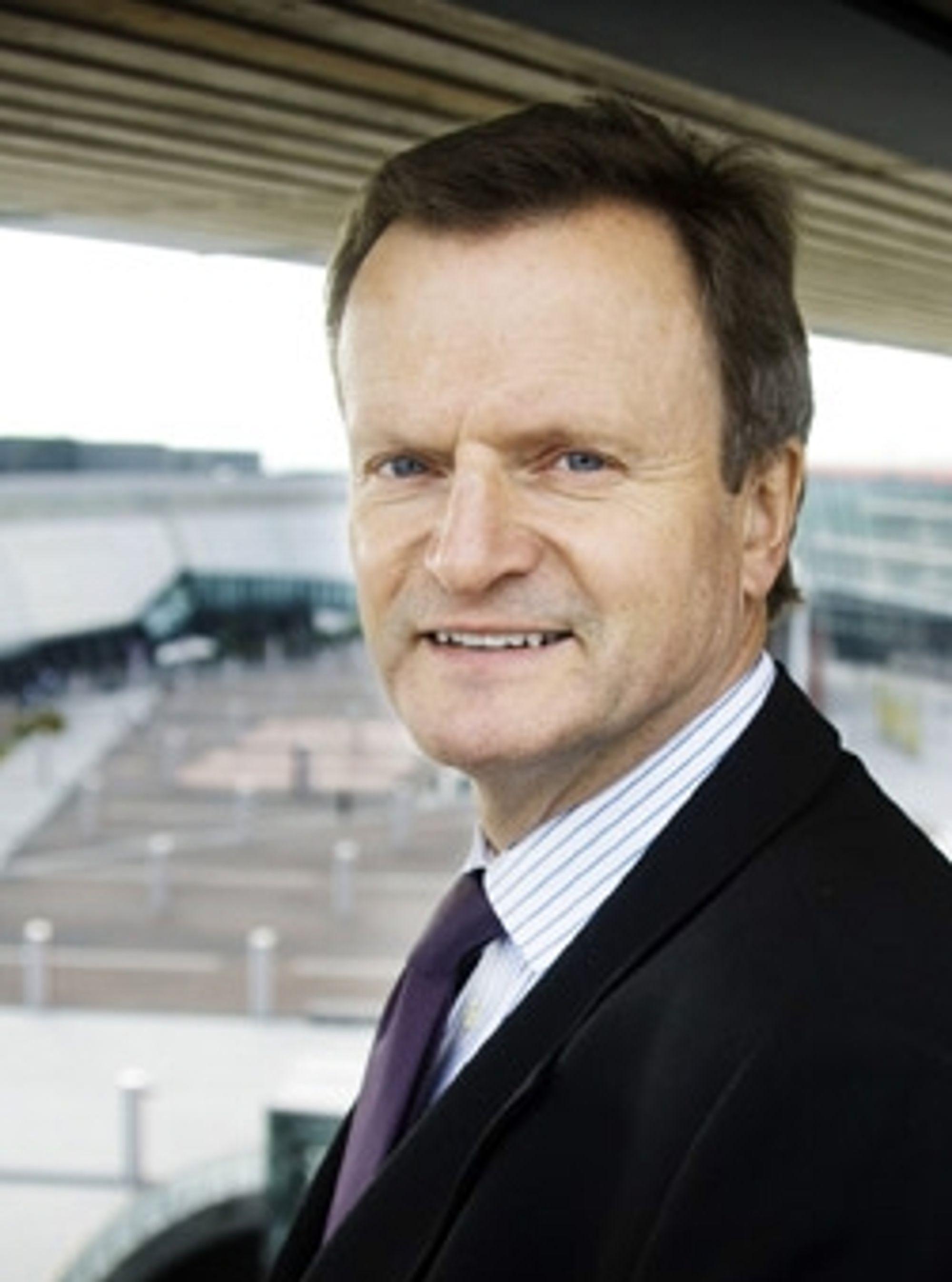 Jon Fredrik Baksaas varsler om besparinger i Norge.