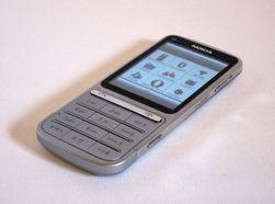 Nokia C3-01 ser ut som en tradisjonell mobiltelefon.
