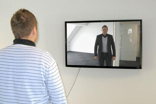 Prøv klærne virtuelt. Med det virtuelle prøverommet kan du se hvordan blazeren passer før du kjøper den på nettet. Bilde: Høyteknologifonden.