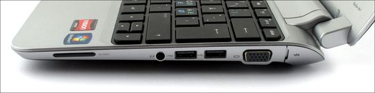 Minnekortleser, minijack for lyd, 2 x USB og VGA på høyre side. Under fliken bakerst skjuler nettverkskontakten seg.