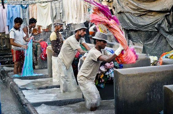 Arbeidere vasker klær i verdens største vaskeri i Mumbai, India. Foto: Lars Åke Andersen, frifoto.no