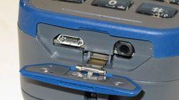 Micro-USB-porten og utgangen til hodesett er plassert under et beskyttende lokk.