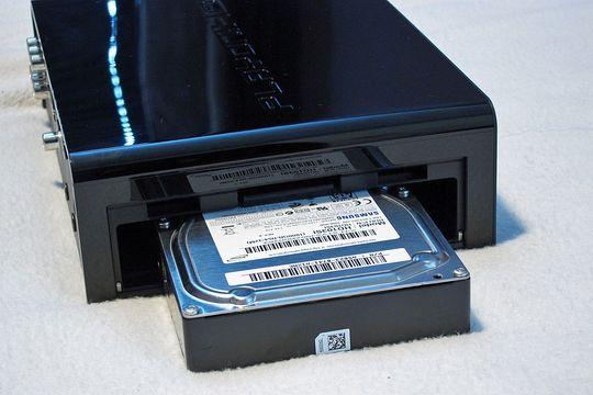 Harddisken settes inn på siden av spilleren, som takler inntil 2 TB store disker.