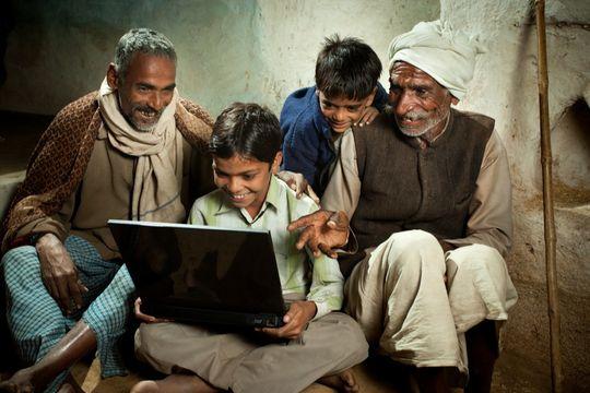 Flere land ønsker å jobbe aktivt for å gi verdens fattige nettilgang. Foto: Istockphotos.