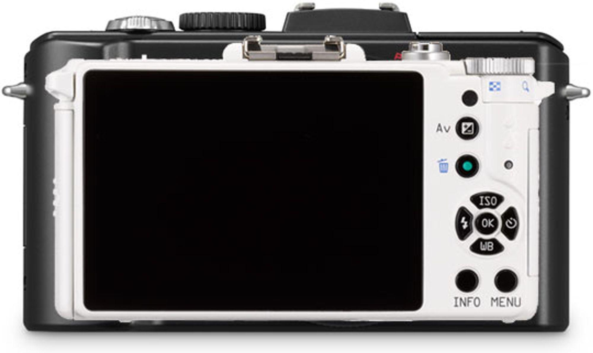 Her er Pentax Q foran og Panasonic LX5 bak.Det gir et inntrykk av størrelsen.