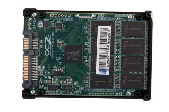Innsiden av en SSD. Minnebrikkene er de åtte sorte klumpene til høyre