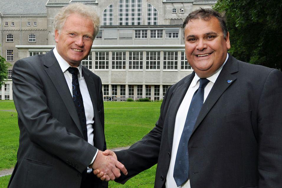 Avtalen ble signert av prorektor Johan E. Hustad fra NTNU (t.v.) og Rod Evans som er visepresident for Europa-avdelingen til SGI. Foto: Geir Otto Johansen/NTNU Info