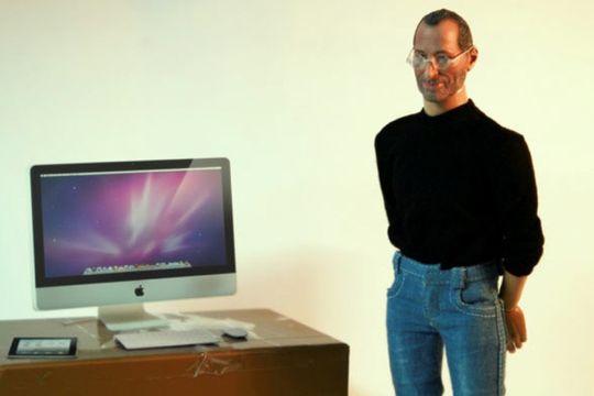 En Mac, Ipad og Iphone (i miniatyrform) følger også med figuren.