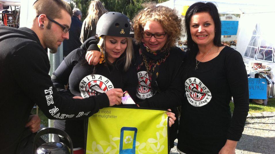 Nidaros Roller Derby samler inn brukte mobiltelefoner på rulleskøyter i Trondheim. På bildet: Esben Jakobsen, Ragna Råkk, Maria Bitnes og Gunn Brovold fra Nidaros Roller Derby
