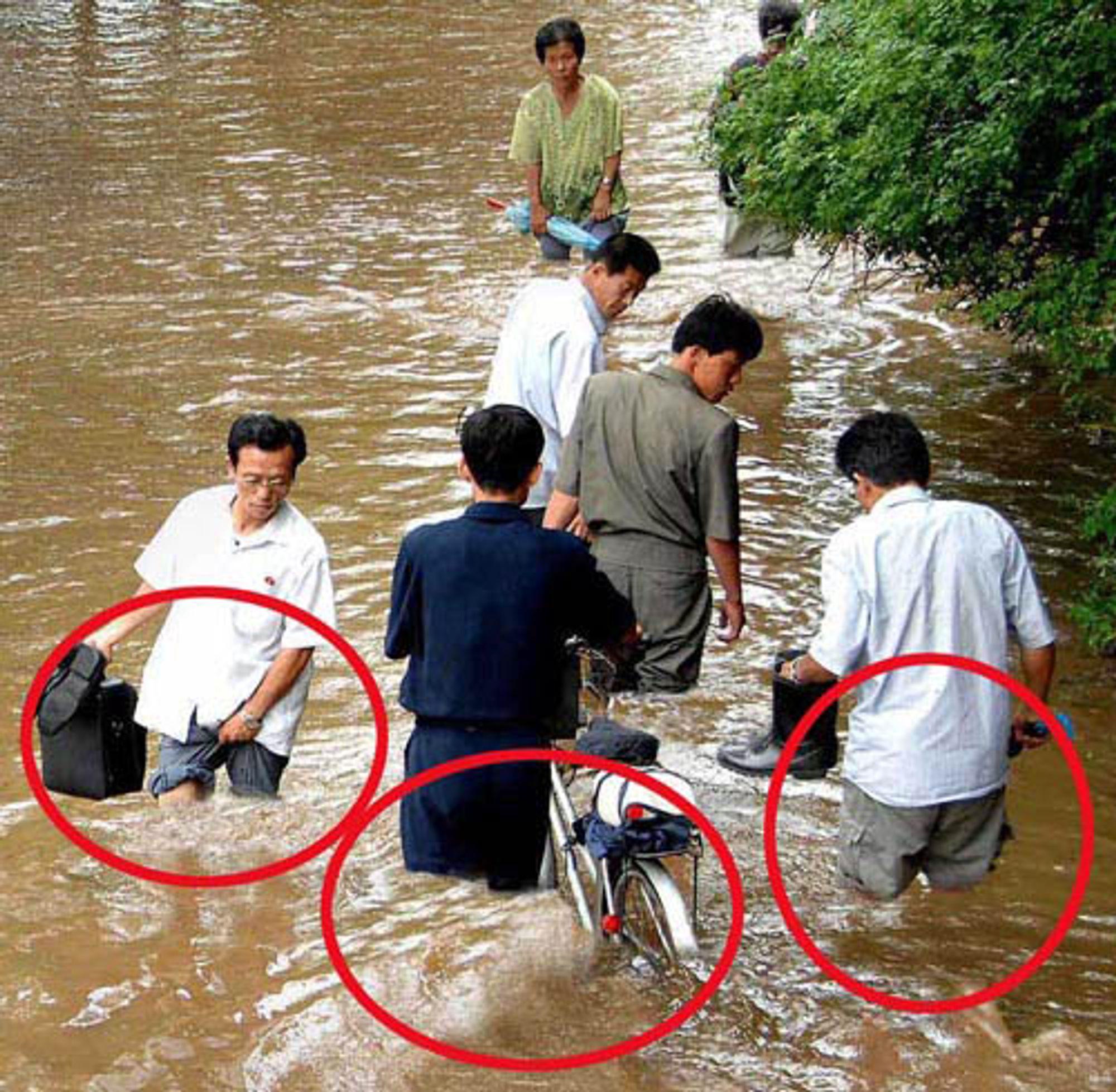 Til tross for flommen var ingen av mennene våte. Vi håper fotografen ikke ble sendt til arbeidsleir for å ha satt sin leder i skam på grunn av denne blemmen.