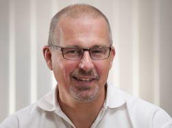 Øyvind Hansen er markedssjef i Nettbuss Sør. Han merker en økning i interessen for internett på bussene.