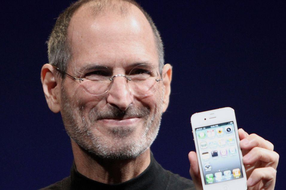 Apple-sjefen Steve Jobs har god grunn til å smile for telefonen sin nå.
