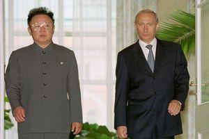 Kim Jong-il med den daværende russiske presidenten Vladimir Putin i 2001. Foto: www.kremlin.ru