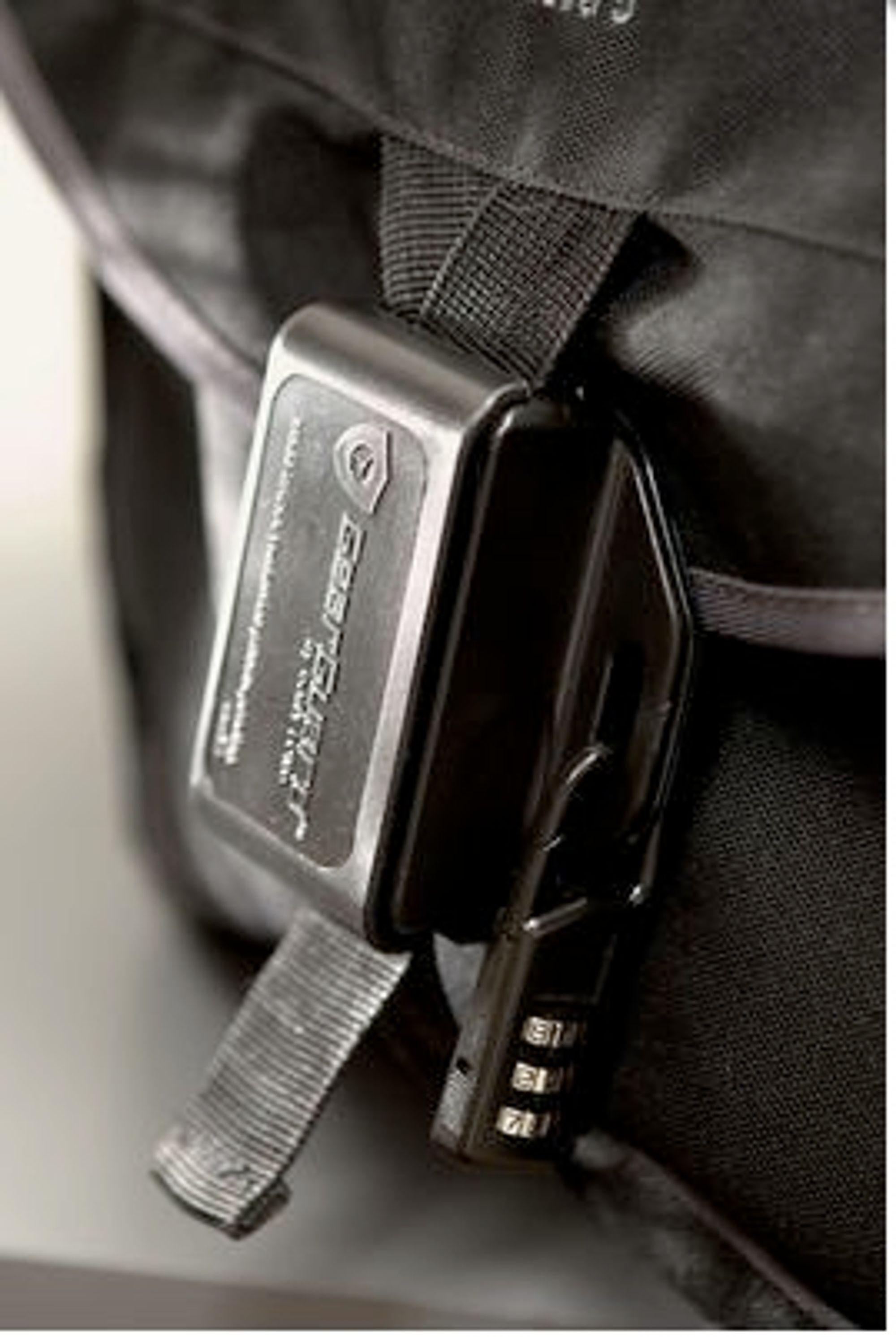 Sikrer kameraet: Med denne baglåsen må tyven bruke en skarp gjenstand for å få tilgang på kameraet. Foto: Gary Fong.com