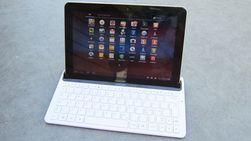 Tastatur kommer i to varianter. Her er en dokk med ladekontakt og lydutgang. Fin å ha i stua eller på kontoret.