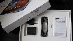 Dette finner du i esken - Lader, USB-kabel og bruksanvisning. Ikke noe headsett eller varetrekk.