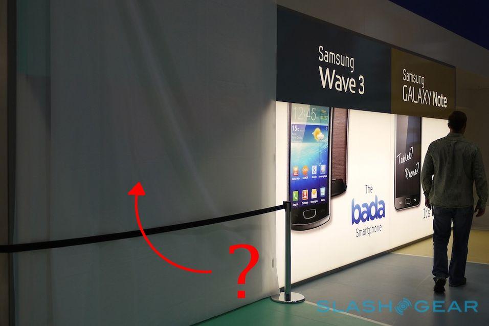Samsung har dekket over Galaxy Tab 7.7-plakatene som henger på IFA-messen. (foto: Slash Gear)