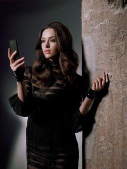 Telefonen kommer også med svart bakdeksel. (Foto: Sony Ericssons pressefoto)