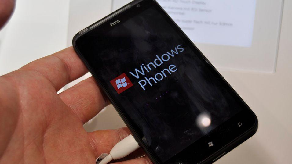 Bak Windows-logoen skjuler den første Norske utgaven av Windows Phone seg. HTC Titan blir en av de første telefonene som kjører Mango.