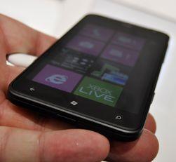 Titan ligger godt i hånden, og er ikke fullt så svær som mellomproduktene Galaxy Note og Dell Streak.