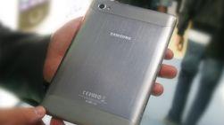 Baksiden er i metall, men den skiller seg likevel mye fra Apples iPad 2.