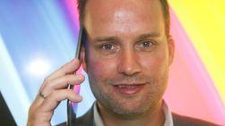 Stig Ove Langø i Samsung demonstrerer hvordan Galaxy Tab 7.7 også kan brukes som mobiltelefon.