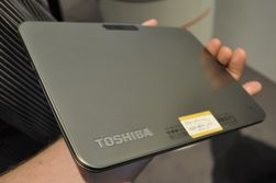 Baksiden på AT200 er i børstet aluminium, med Toshiba-logoen nederst til venstre. Øverst skimtes kameraet på fem megapiksler.