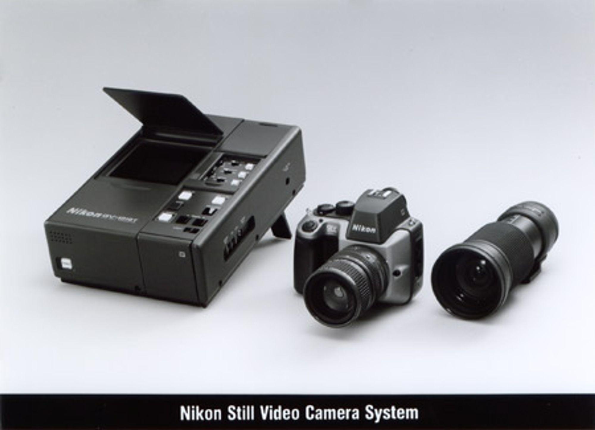 Dyrt system: Nikons elektroniske kamerasett bestod ikke bare av et kamerahus. Kjøperen fikk også to objektiver  (QV Nikkor 10-40mm f/1.4 og QV Nikkor 11-120mm f/2) og en QV-1010T telefotosender. Da systemet kom ut på høsten 1988 kostet det hele 20 000 dollar. Foto: Nikonweb.com