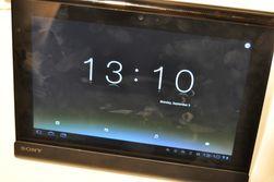 I ladekrybben kan Tablet S bli til en diger klokke eller en digital bilderamme.