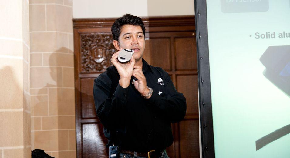 Ruben Monkerjee, Corsairs business-produktsjef, viser frem en av de nye spillmusene.