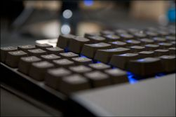 Makroknappene til K90 ligger lavere enn resten av tastaturet.
