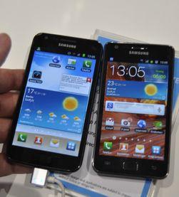 Galaxy S II LTE og Galaxy S II ved siden av hverandre. Den oppdaterte modellen til venstre.