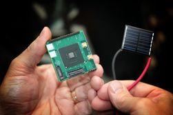 Både prosessoren og solpanelet er på størrelse med et frimerke.